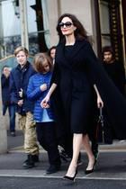 """Hollywood zu Gast in Paris: Angelina Jolie und ihre Kids verlassen das """"Hotel Le Meurice"""" und machen sich auf den Weg zum Louvre."""