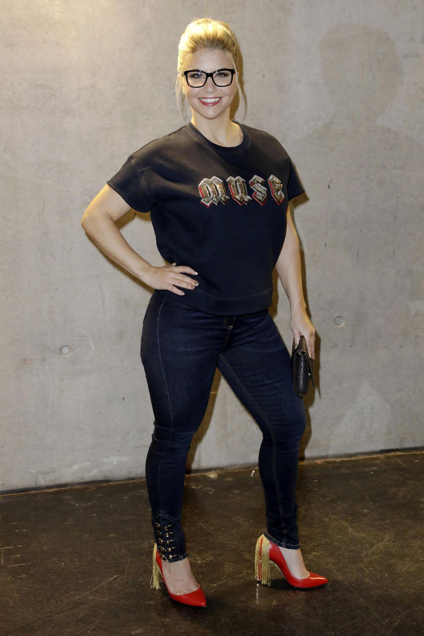 Schlagersängerin Beatrice Egli war schon immer für ihre weiblichen Kurven bekannt. Vor knapp einem Jahr zeigte sie sich in Jeans und Shirt mit ein paar Kilos mehr als jetzt - denn die Blondine hat ordentlich abgespeckt.
