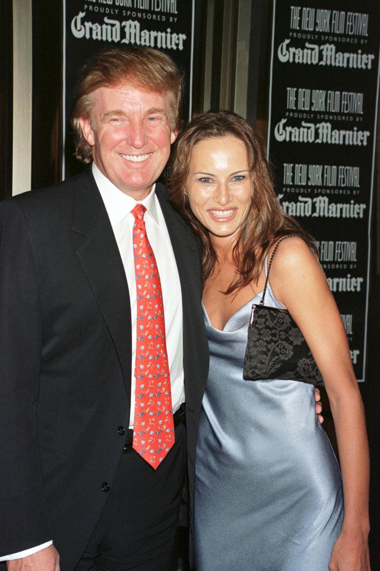 Eine neue Frau an Donalds Seite: Während des New Yorker Filmfestivals im Jahre 1998 zeigt sich der spätere US-Präsident frischverliebt mit seiner Freundin Melania.
