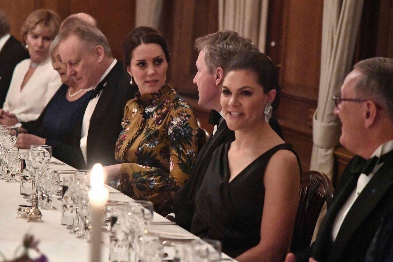 Schweden - Tag 1  Ein Blick an den abendlichen Dinnertisch in der Botschaft. Herzogin Catherine hat den britischen Botschafter als Tischherren, links neben ihr der SchauspielerStellan Skarsgård.