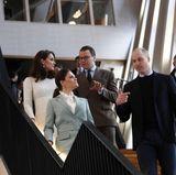 Schweden - Tag 2  Angeregt plaudernd gehen Prinzessin Victoria und Prinz William sowie Herzogin Catherine und Prinz Daniel durchKarolinska Institut.