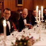 Schweden - Tag 1  Prinz Daniel und Prinz William unterhalten sich angeregt bei Tisch.
