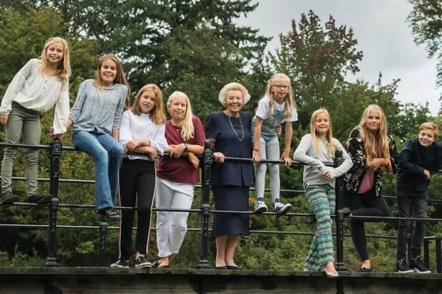 Prinzessin Beatrox umringt von ihren Enkelkindern (von links: Gräfin Leonore (Tochter von Prinz Constantijn und Prinzessin Laurentien), Gräfin Eloise(Tochter von Prinz Constantijn und Prinzessin Laurentien), Prinzessin Alexia (Tochter von König Willem-Alexander und Königin Máxima), Gräfin Luana (Tochter von Prinz Friso und Prinzessin Mabel), Gräfin Zaria(Tochter von Prinz Friso und Prinzessin Mabel), Prinzessin Ariane(Tochter von König Willem-Alexander und Königin Máxima), Prinzessin Amalia(Tochter von König Willem-Alexander und Königin Máxima)und Graf Claus-Casimir (Sohn von Prinz Constantijn und Prinzessin Laurentien).