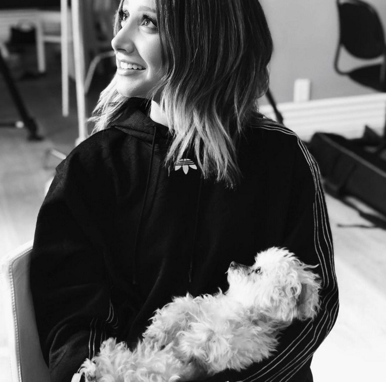 Wie niedlich! Schauspielerin Ashley Tisdale hält ihr Hündchen im Arm.
