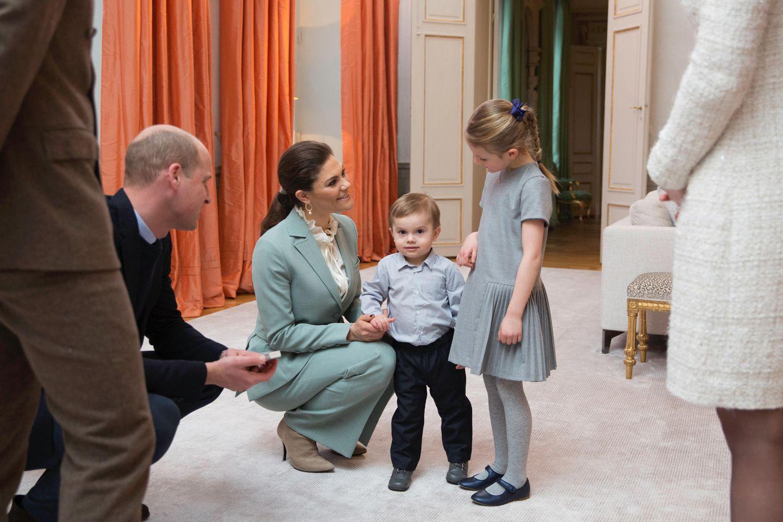 Schweden - Tag 2  Noch etwas zögerlich lernen Prinz Oscar und Prinzessin Estelle die britischen Royals kennen. Schade, dass William und Kate ihre Kinder, die vom Alter her als Spielgefährten bestens geeignet wären, zu Hause gelassen haben.