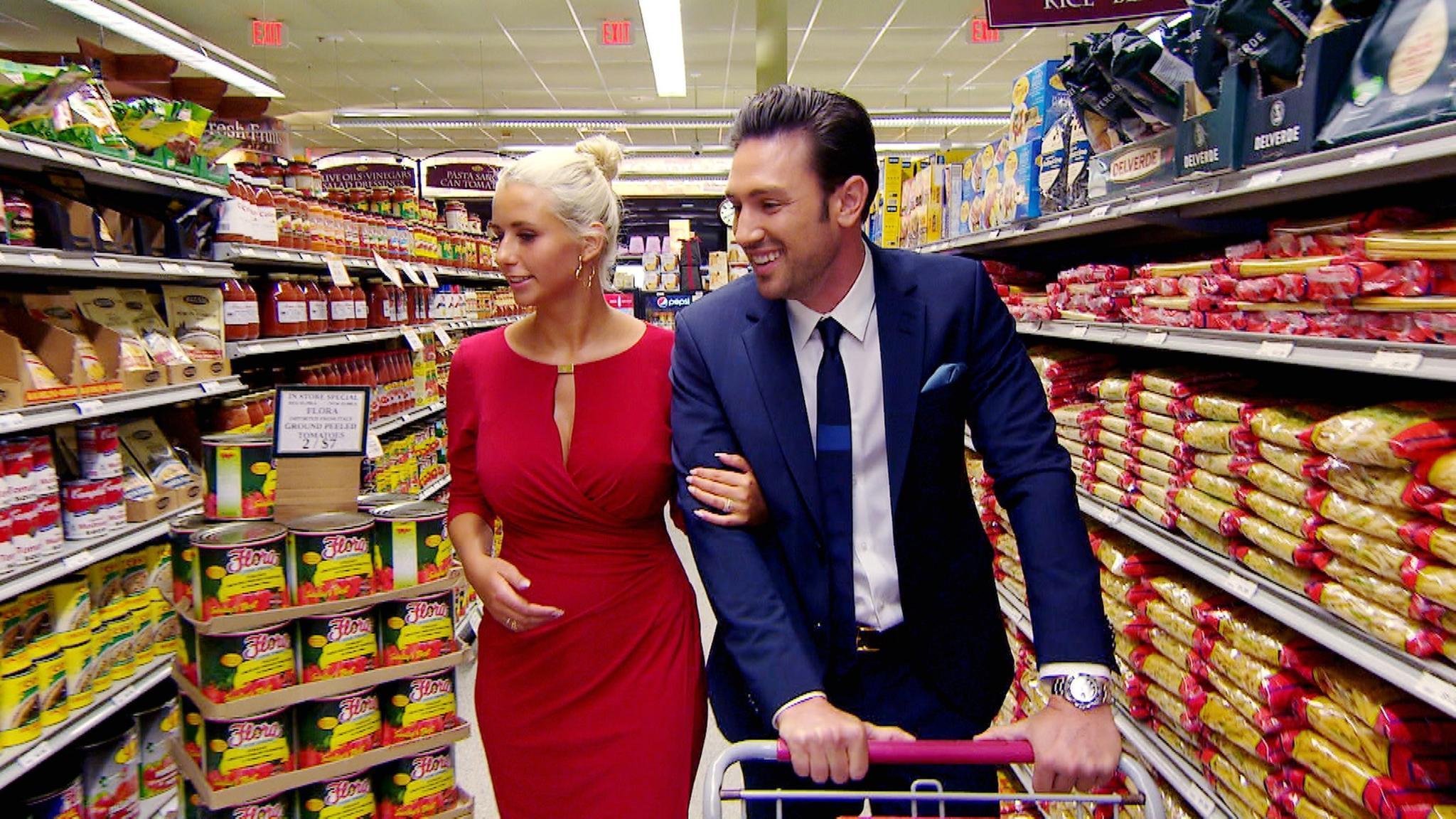 Carina + Daniel schlendern Arm in Arm durch den Supermarkt