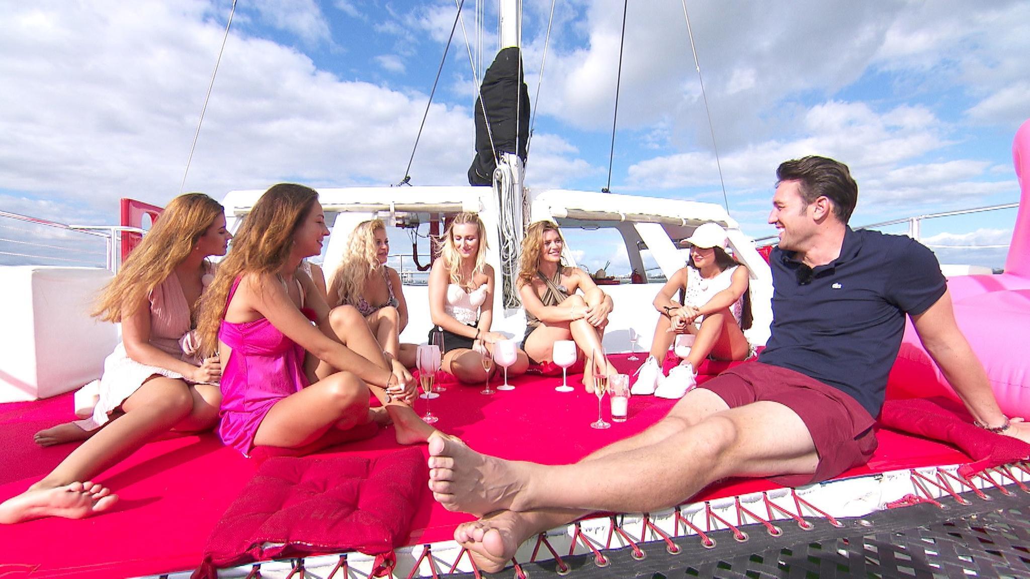 Katamaran-Ausflug mit dem Bachelor. Daniel fühlt Maxime, Kristina, Michelle, Jessica, Nadine und Yeliz (v.l.) auf den Zahn
