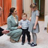 """Auch wenn Estelle und Oscar selber royaler Abstammung sind, ist es natürlich ein besonderes Highlight, als sie in ihrem Zuhause, dem Schloss Haga, auf William und Kate treffen. Für ihren Besuch aus England haben sie sich daher extra herausgeputzt. Der kleine Prinz verzückt im Hemd als süßer Gentleman, während seine Schwester auf ein hübsches Faltenkleid von """"Tartine et Chocolat"""" zurückgreift, das sie bereits bei der Taufe ihres Cousins Prinz Gabriel getragen hat."""