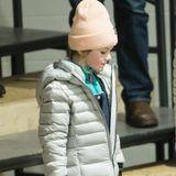 Estelle schützt sich beim Eishockey ebenfalls vor der Kälte und hat dafür einen hellen Daunenmantel übergestriffen. Das Girly-Tüpfelchen gibt es mit einer blassrosa Mütze.