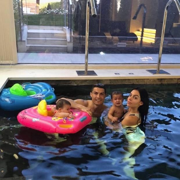 31. Januar 2018  Der Fußballstar nimmt sich Zeit für die Familie: Mit Kindern und Freundin Georgina Rodríguez wird fleißig im Pool geplanscht.
