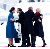 Norwegen - Tag 2  Herzlicher Empfang in Norwegen: Prinz Haakon und seine Frau Prinzessin Mette-Marit begrüßen das britische Herzogenpaar am Militärflughafen Oslo-Gerdermoen.