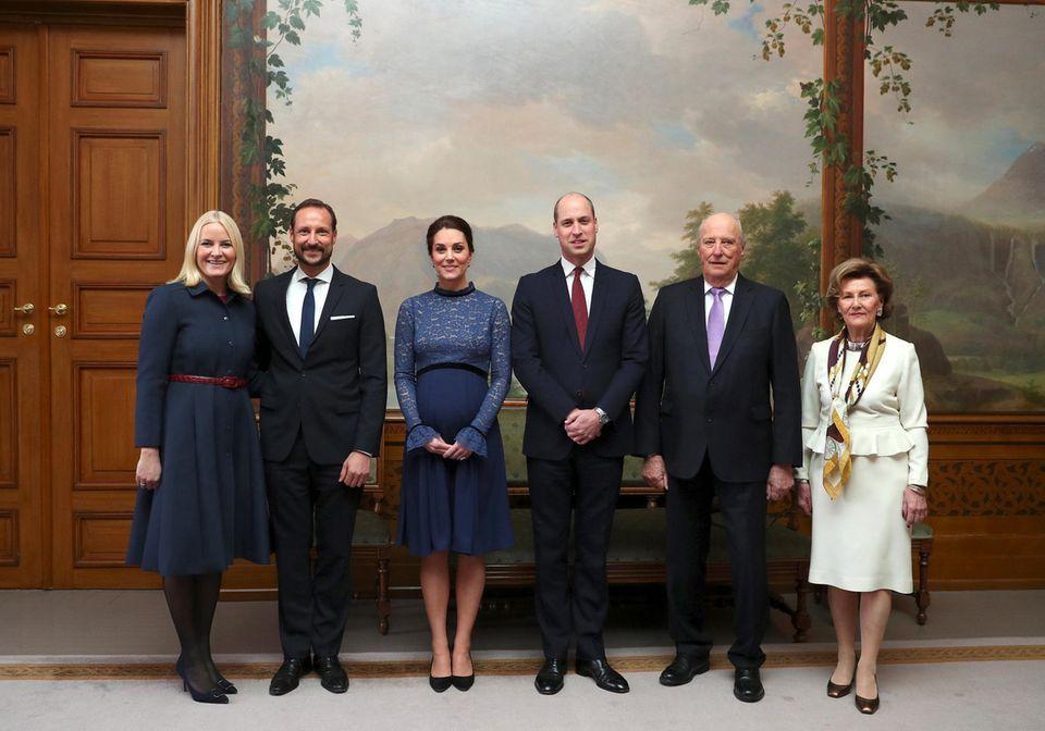 Norwegen - Tag 2  Begrüßung im Königspalast: Prinz William und Herzogin Catherine flankiert von Norwegens Kronprinzenpaar Mette-Marit und Haakon (li.) und dem Königspaar Harald und Sonja (r.).