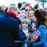 Norwegen - Tag 2  Auch in Norwegen werden Prinz William und Herzogin Catherine herzlich empfangen. Im Skulpturenpark strahlen die Besucher dem Ehepaar entgegen.