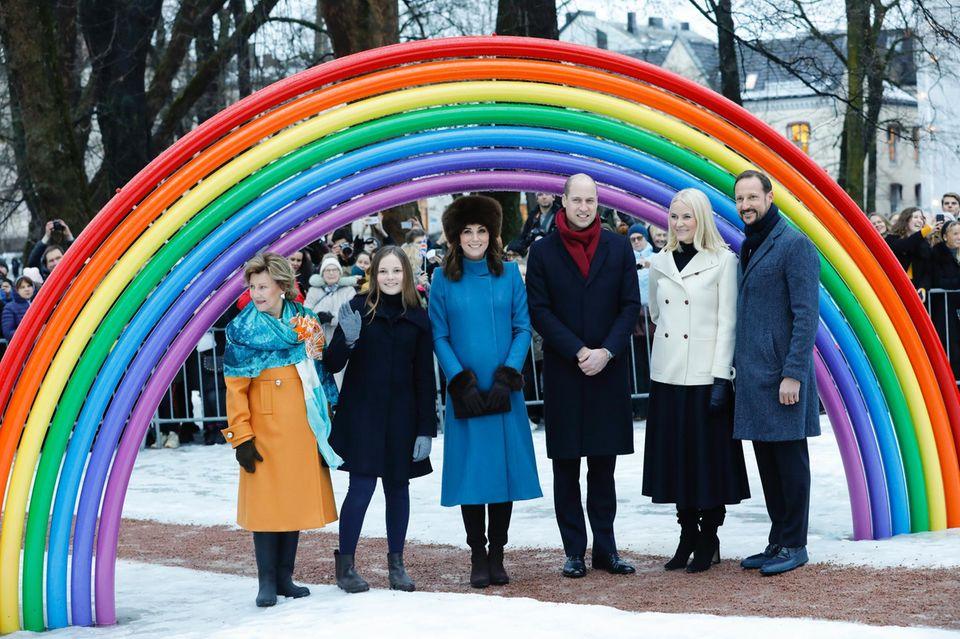 Norwegen - Tag 2  Catherine und William lassen sich von den Norwegern den Skulpturenpark in Oslo zeigen. Der Park ist nach Prinzessin Mette-Marits und Prinz Haakons Tochter Ingrid Alexandra benannt, die gerade neben der Herzogin den Besuchern zuwinkt.