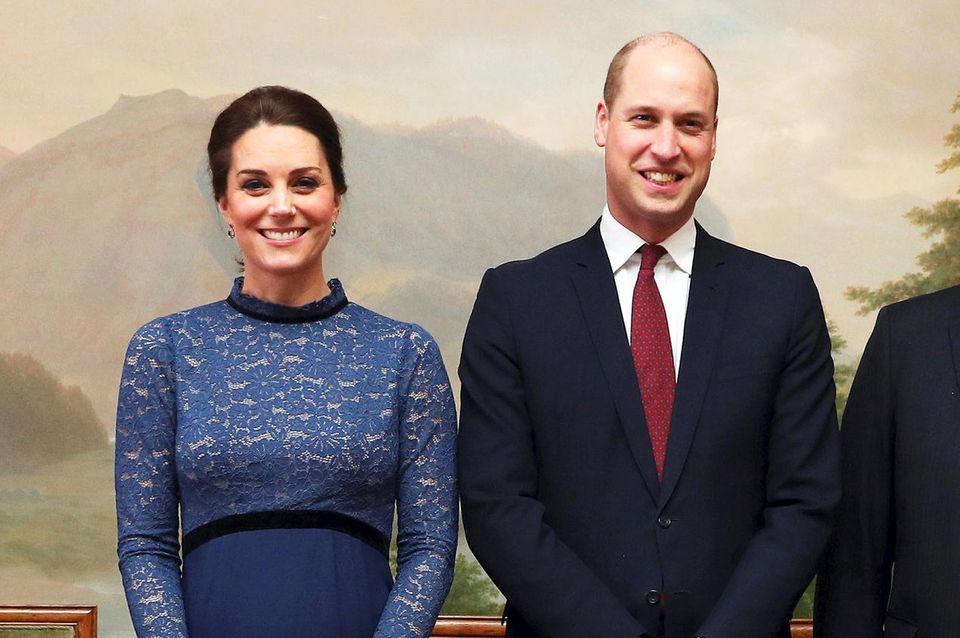 """Zu Besuch in Norwegen: Unter dem Mantel trägt Kate ein blaues Spitzenkleid ihres liebsten Umstandmoden-Labels """"Seraphine"""", das umgerechnet ca. 190 Euro kostet."""