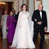 Wie eine griechische Göttin! Mit dem zartrosafarbenen, weich fließenden Abendkleid von Alexander McQueen, das sie sich für das Gala-Dinner im norwegischen Königspalast ausgesucht hat, stiehlt Herzogin Catherine selbst Prinzessin Mette-Marit und Königin Sonja die Show.