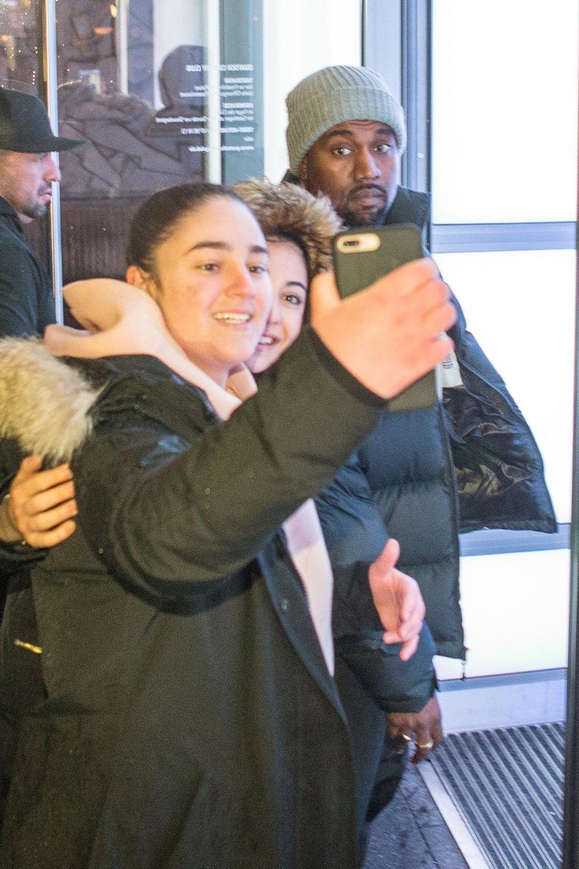1. Februar 2018  Berliner Teenager freuen sich über ein Selfie mit Superstar Kanye West.