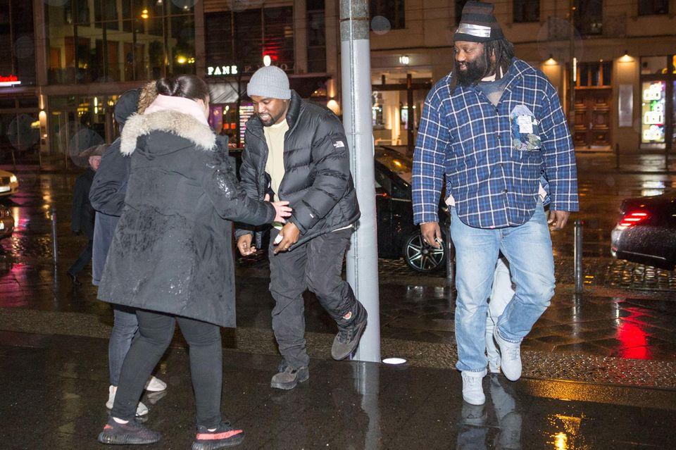 1. Februar 2018  Das dürfte Berliner Passanten ganz schön überrascht haben: Plötzlich läuft Superstar Kanye West über die Straßen unserer Hauptstadt. Der Ehemann von Kim Kardashian ist unterwegs zum Quatsch Comedy Club um Dave Chappelles Show zu sehen.