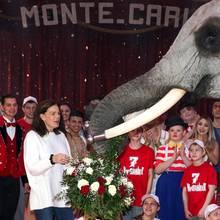 Am 1. Februar 2018 feiert Stéphanie von Monacoihren 53. Geburtstag: Ein Zirkuselefant überreicht ihr zu dem Anlass einen Blumenstrauß.