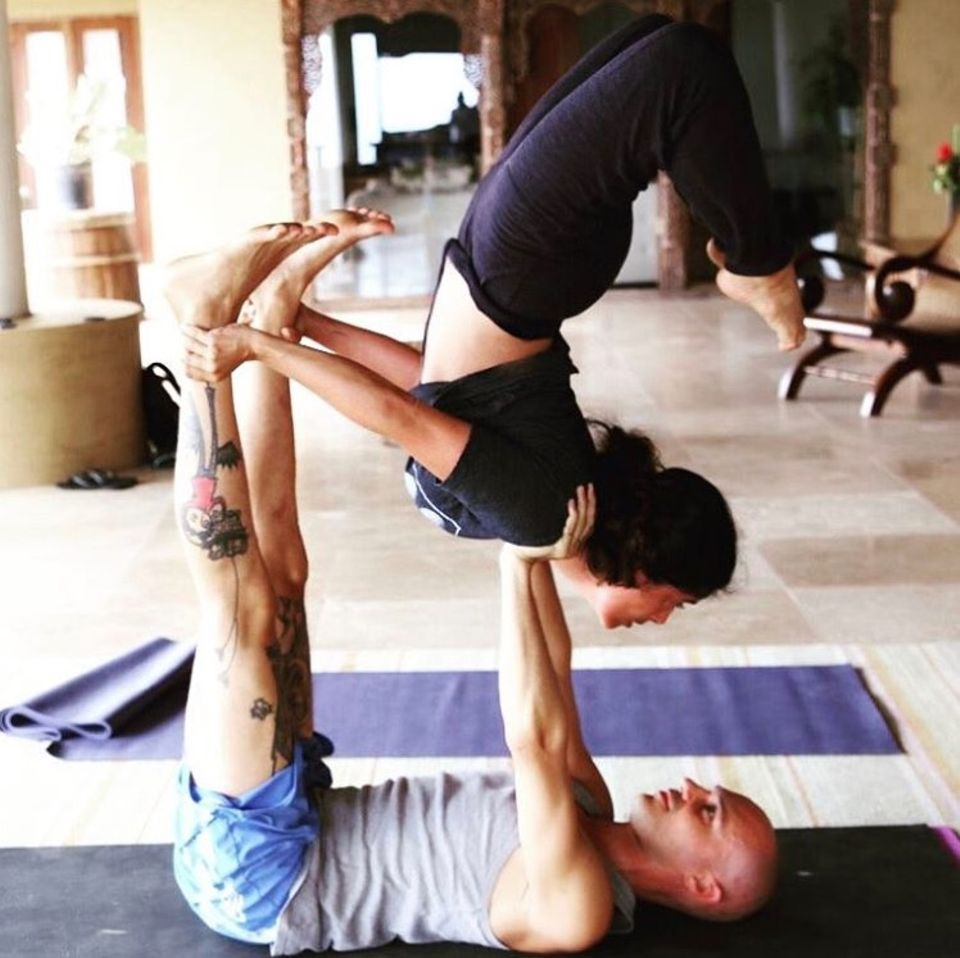 """""""Ashley Judd, wo hast du mich da nur reingeritten?"""", postet Salma Hayek, die offenbar von ihrer Kollegin überredet wurde, dieses Kunststück zu erlernen. Die 51-jährige Schauspielerin beeindruckt mit einer waghalsigen Yoga-Pose."""