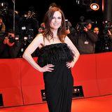 """Im schwarzen, Feder-besetzten Bustier-Kleid bezaubert Julianne Moore bei der Berlin-Premiere von """"The Kids Are All Right""""."""