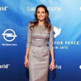 """Im matten Silberkleid von Ralph & Russo bezauberte Angelina Jolie die Gäste der """"Cinema for Peace""""-Gala 2012 anlässlich der Berlinale."""