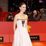 Im zart rosafarbenen Dior-Kleid erinnerte Natalie Portman 2015 ein wenig an die junge Audrey Hepburn.