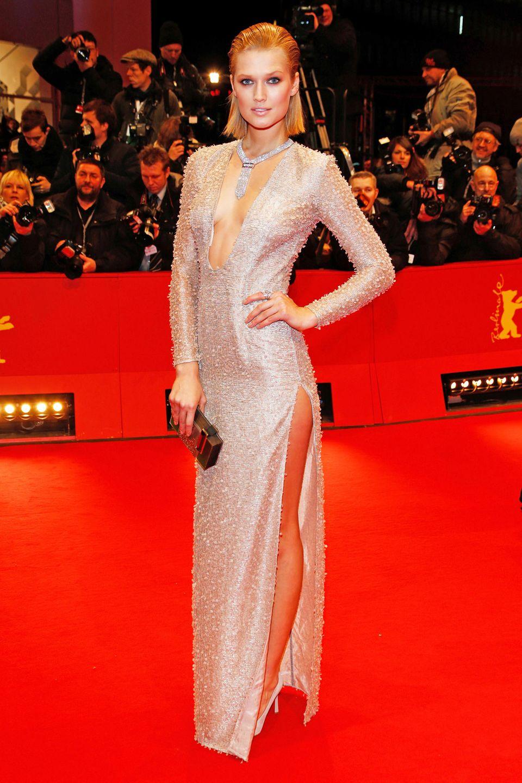 Supersexy im Silber-Kleid von Boss begeistert Toni Garrn auf dem Berlinale-Teppich 2014.