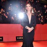 Oh là là! Clotilde Coureau sorgt in tiefausgeschnittener Traumrobe von Stéphane Rolland Couture bei der Berlinale 2017 für ein Blitzlichtgewitter am roten Teppich.