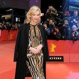 Wenn auch verdeckt vom Mantel ist Cate Blanchetts Givenchy-Kleid nicht nur vom Muster her ein echter Blickfang.