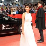 """Im eleganten, weißen Neckholder-Kleid von Prada schwebt """"Amelie""""-Star Audrey Tautou über den roten Teppich der Berlinale 2015."""