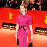 """Als Pretty in Pink ist Karoline Herfurth bei der Berlinale-Premiere von """"Hail, Caesar!"""" auf dem roten Teppich unterwegs. Das Kleid stammt aus dem Hause Fendi."""