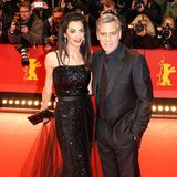 Was wäre ein Glamour-Paar wie Amal und George Clooney ohne den richtigen Red-Carpet-Look? Amal glitzerte bei der Berlinale 2016 im Vintage-Kleid von Yves Saint Laurent.
