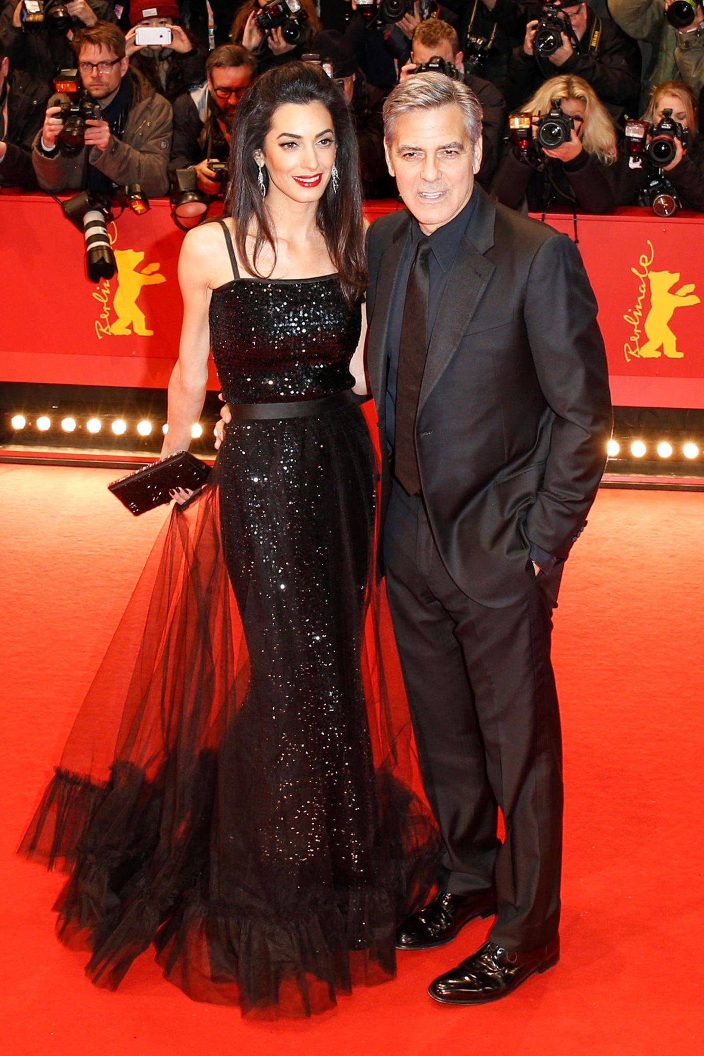Was wäre ein Glamour-Paar wie Amal und George Clooney ohne den richtigen Red-Carpet-Look? Amal glitzerte bei der Berlinale 2016 im Vintage-Kleid von Yves Saint Laurent.
