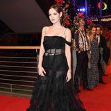 """Im sexy durchschimmernden Tüllkleid von Christian Dior sorgte Emilia Schüle bei der Berliner """"Django""""-Premiere 2017 für offene Münder."""