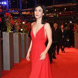 """Stilvoll und sexy in Rot zeigt sich Sibel Kekilli bei der Premiere von """"Django"""" im Berlinale-Palast."""