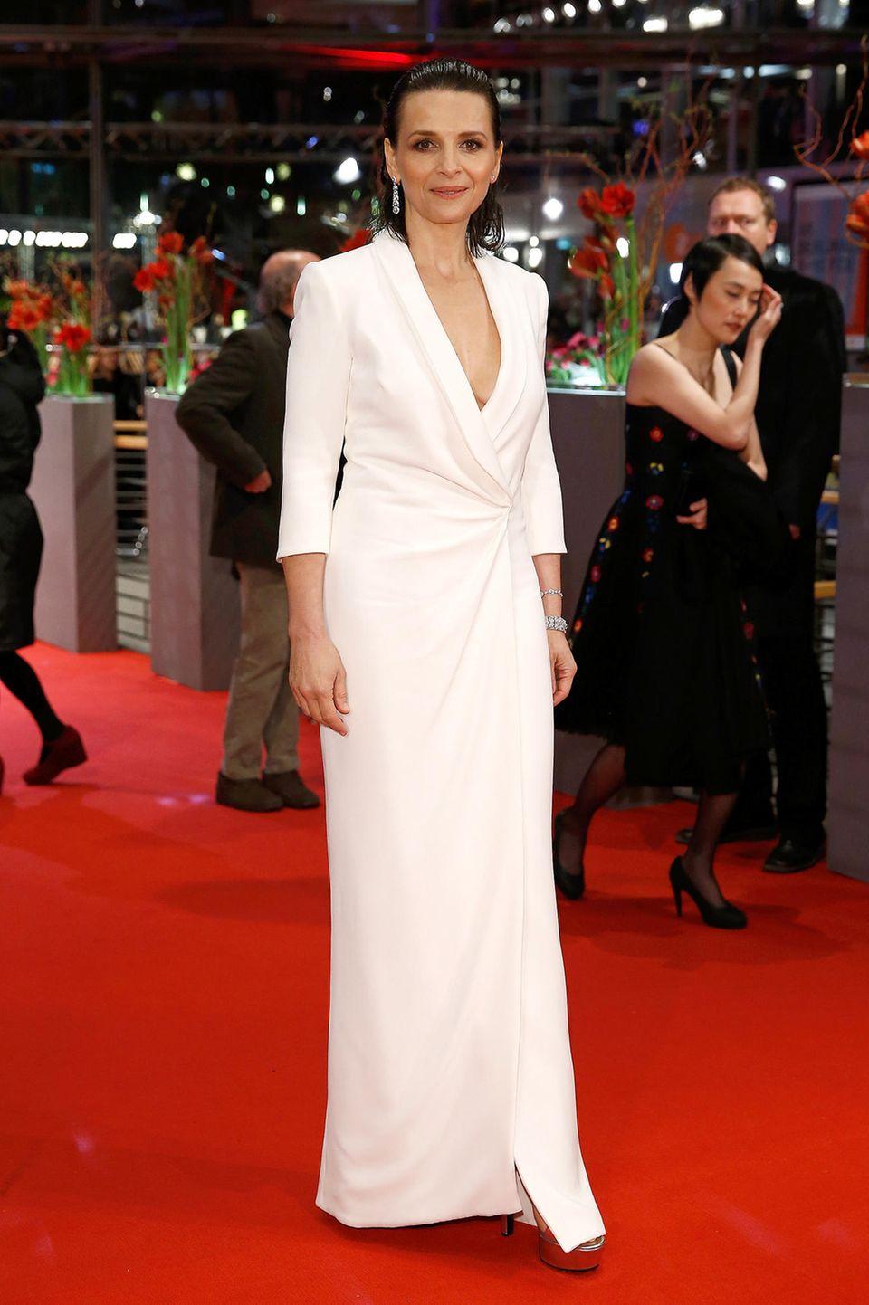 Im weißen Anzug-Kleid von Giorgio Armani zum sexy Wet-Look zeigte sich Juliette Binoche bei den Filmfestspielen 2015.