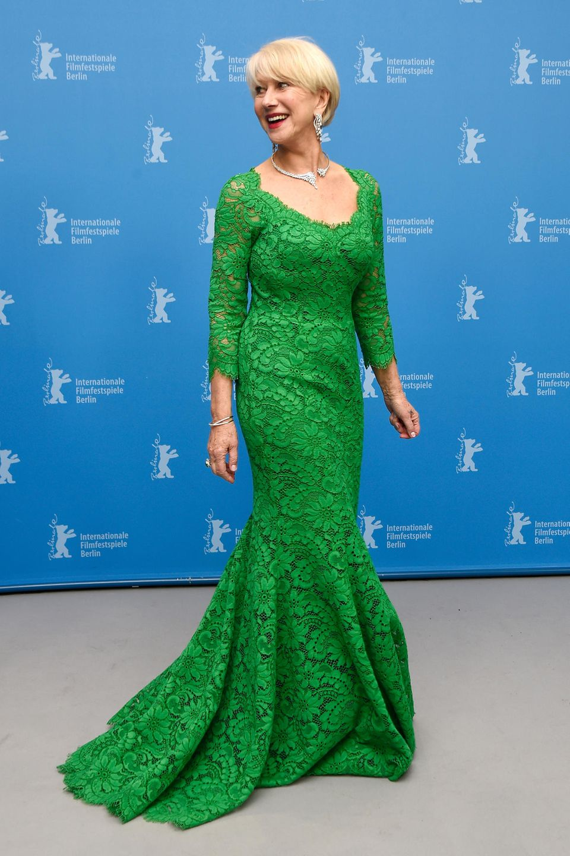 Gewagt und gewonnen! Helen Mirren strahlt bei der Berlinale 2015 in diesem leuchtend grünen Spitzenkleid von Dolce & Gabbana.