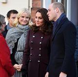 """Norwegen - Tag 3  Besuch in der """"Hartvig Nissen""""-Schule (zweitältestes Gymnasium in Oslo): Catherine und William unterhalten sich mit einer Lehrerin."""