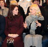 """Norwegen - Tag 3  Herzogin Catherine und Prinzessin Mette-Marit unterhalten sich lebhaft, während sie mit ihren Ehemännern die """"Hartvig Nissen""""-Schule in Oslo besuchen."""