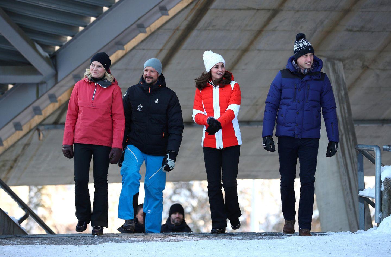 Norwegen - Tag 3  Besuch auf der Ski-Schanze Holmenkollen: Mette-Marit und Haakon zeigen den Briten die Skisprungschanze und das älteste Skimuseum der Welt.