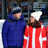 Norwegen - Tag 3  Warm eingepackt lächeln sich Prinz William und Herzogin Katherine zu. Gerade besuchen sie die SkisprungschanzeHolmenkollen.