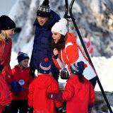 Norwegen - Tag 3  Es geht heiß her an der Ski-Schanze. Herzogin Catherine feuert die kleinen Nachwuchs-Ski-Springer an.