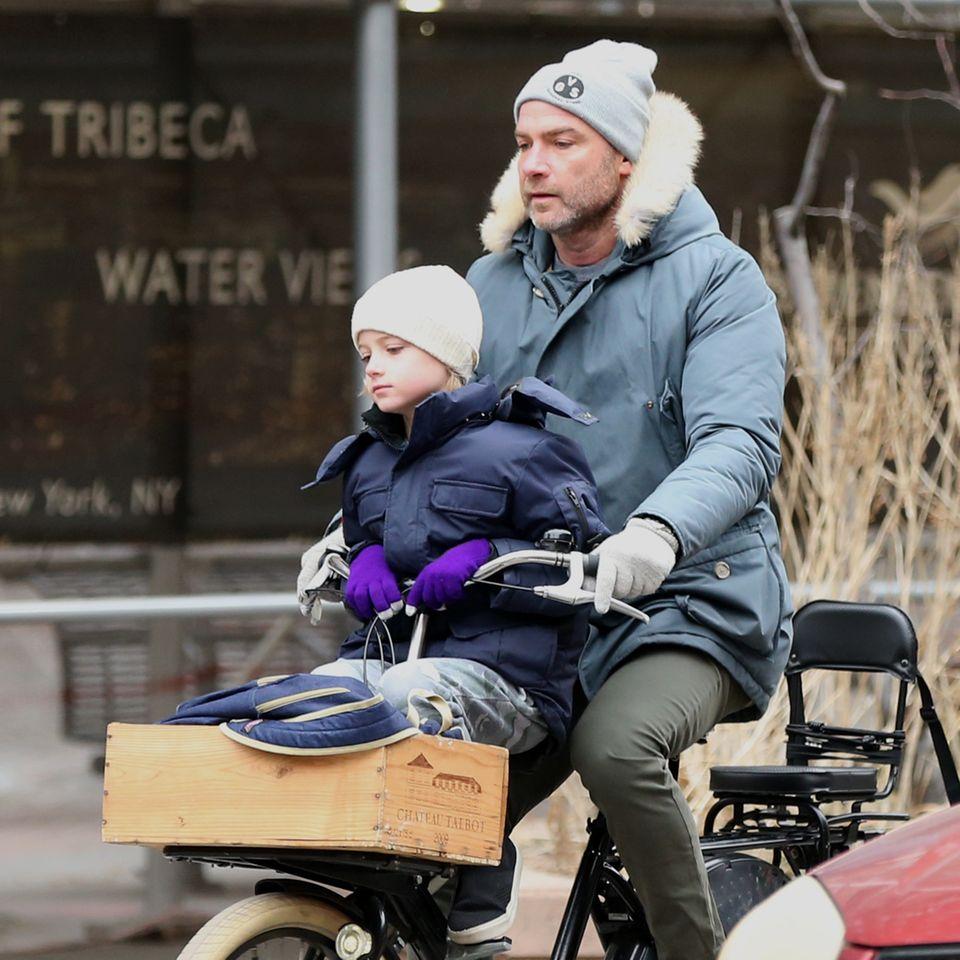 1. Febraur 2018  Liev Schreiber ist dick eingepackt mit seinem Sohn Samuel in New York auf dem Fahrrad unterwegs.