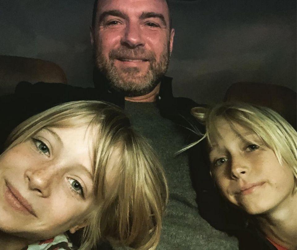 """12. Januar 2018  """"Das sind meine Goldenglobes"""" postet Papa Liev Schreiber mit seinen Söhnen Samuel und Alexander im Arm."""
