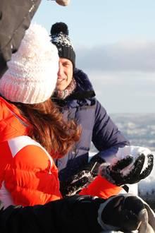 Norwegen - Tag 4  Achtung William! Herzogin Catherine hat die Schneekugel bereit zum Abwurf.