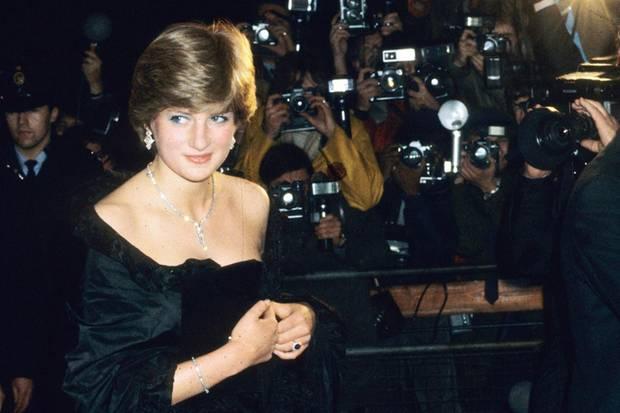 Lady Diana Spencer schiebt sich 1981 immer wieder das Kleid hoch, das ein üppiges Dekolleté betont. Die Fotografen freut es.