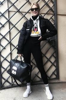 """""""So ready for a chilled weekend"""", schreibt Lena Gercke zu diesem Foto auf Instagram und freut sich offensichtlich auf ein entspanntes Wochenende. Das passende Outfit hat sie auf jeden Fall schon an - """"Mickey Mouse""""-Sweater, Leggings und Sneaker. In diesem Sinne: Schönes Wochenende, liebe Lena."""