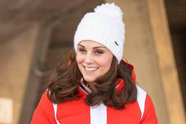 """Beim Besuch auf der Skisprungschanze und im ältesten Skimuseum der Welt in Holmenkollen (Norwegen), hält Herzogin Catherine sich mit einer leuchtend roten Skijacke von """"Kjus"""" warm, die umgerechnet knapp 730 Euro kostet."""