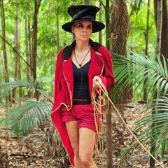 Durch Frack und Zylinder verwandelt sich Tatjana Gsells typisches Camp-Outfit zu einem Dompteur-Look der ganz besonderen Art. Fragt sich nur noch, warum sie anscheinend nicht so begeistert von ihrem neuen Style ist...